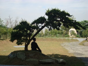 A student meditating during a retreat at Tiannan Temple (天南寺)