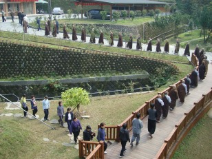 Students heading for the dining hall (齋堂) at the Tiannan Temple (天南寺) during a retreat