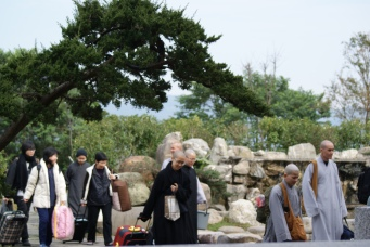 Students arriving at Tiannan Temple (天南寺) for a retreat