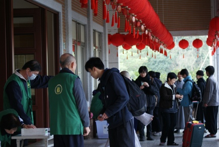 Students registering at the Tiannan temple (天南寺) before the start of a 7 days retreat