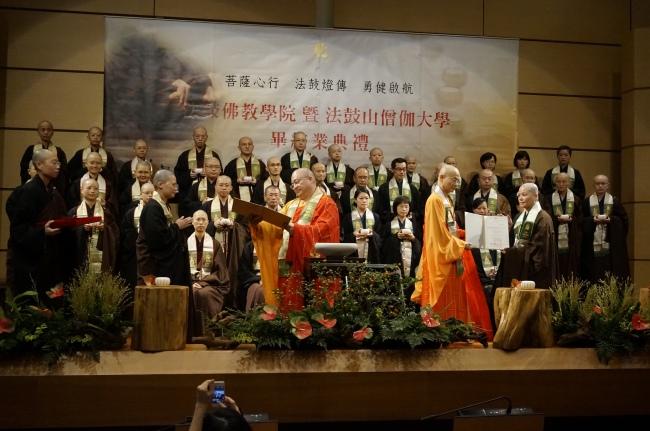 DDM abbot ven. Guodong (果東方丈和尚, left) and DDBC president ven. Huimin (惠敏校長, right) handing over gradutation certificates