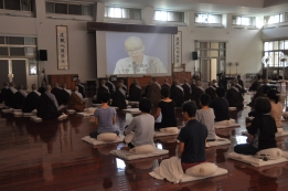 Listening to a Dharma talk (開示) during a retreat