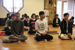 Students experiencing 'Tea Chan' (茶禪)